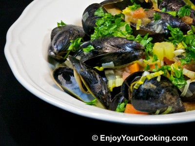 Mussels Steamed with Vegetables in White Wine