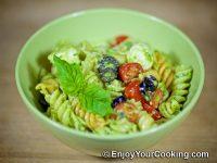 Салат с макаронами, помидорами и свежей моцареллой