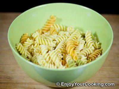 Салат с макаронами, помидорами и свежей моцареллой: Шаг 2