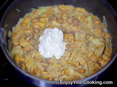Chanterelles with Sour Cream and Onions: Step 6